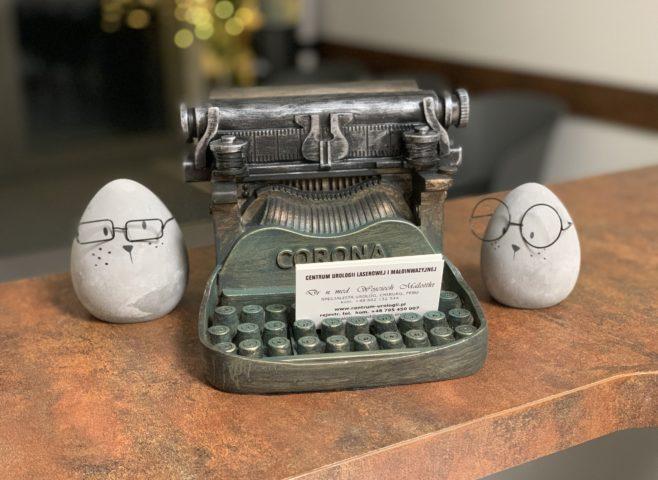 stojak-na-wizytówki-w-kształcie-maszyny-do-pisania